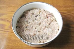 Тщательно перемешиваем мясной фарш, батон, чеснок и лук с грибами. Начинка для голубцов готова.