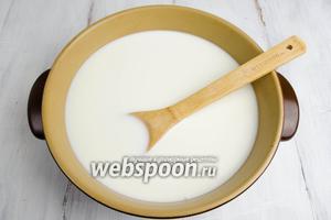 Налить молоко, желательно, в широкую кастрюлю с толстым дном. Добавить сахар и соль. Довести до кипения, варить, помешивая, на среднем огне, чтобы соль и сахар растворились.