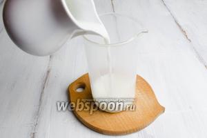 Соду насыпать в стакан и влить горячее молоко, 100 мл.
