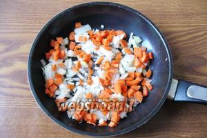 Пока фасоль варится, репчатый лук и морковь чистим, моем и мелко нарезаем.  Кладём на сковороду и наливаем немного подсолнечного масла.