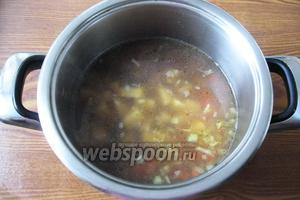 Когда фасоль будет почти готова, кладём в кастрюлю лук с морковью и картофель.