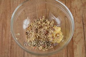 Добавляем измельчённые орехи в миску к специям, также добавляем измельчённый чеснок.