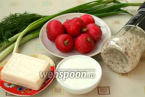 Чтобы приготовить веррины нам понадобится редис, натуральный йогурт, плавленый сырок, зелёный лук, укроп, соль и перец. Можно воспользоваться мельницей.
