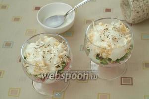 Сверху сыра выложить по 2 столовых ложкb натурального йогурта и немного посолить и поперчить, всё зависит от солёности сырка.
