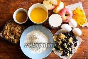 Для приготовления вам потребуется пшеничная мука, мелкая полента, мёд, яблоки, апельсиновая цедра, яйца, имбирные цукаты, инжир, изюм и молоко.