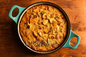 Выпекайте пирог при 180°С в течение 50 минут. Пирог должен получиться немного вязким и жидковатым внутри. Это как раз то, что нам нужно! Готовый пирог достаньте из духовки и дайте ему постоять 20 минут, а затем подавайте на стол. Приятного аппетита!