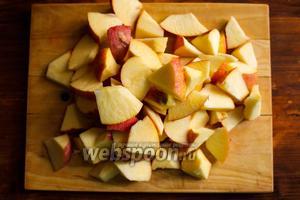 Яблоки очистите от кожуры и порежьте на кусочки среднего размера.