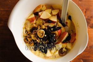 Добавьте в тесто цукаты, сухофрукты и яблоки.