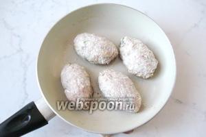 Из полученного фарша формируем котлеты продолговатой формы. Обваливаем их в муке или панировочных сухарях.  Кладём на горячую сковороду с подсолнечным маслом.