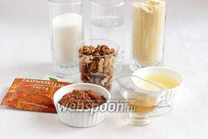 Для приготовления песочного кекса возьмём муку кукурузную, масло растительное, сахар, уксус, соду, разрыхлитель, ванилин, орехи, воду, какао.