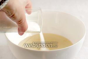 В отдельной ёмкости соединить все жидкие составляющие: воду, уксус, масло. Добавить сахар, соль и размешать, чтобы сахар растворился хоть до половины.