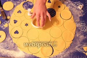 Приготовить печенье  по рецепту  песочное кольцо с арахисом . В половине печенюшек сделать отверстие, а в другой половине — нет.