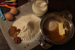 Потребуется: мука, какао, специи, соль (смешать), мёд, масло, сахар, молоко (соединить в кастрюльке), яйцо и желток.