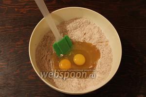 Перелить к сухим ингредиентам, добавить яйцо и желток.