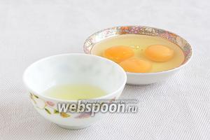 Для куличей нам понадобится 2 яйца и 1 желток. Белок будет использован для глазури.