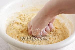 Муку добавлять вместе с ванилином, постепенно подсыпая её и вымешивая тесто. Оно получается жидковатым, но отлипает от рук. Сначала тянется, а потом отлипает. Размешивать тесто удобнее рукой, как бы растирая его по поверхности посуды. Месить нужно не менее 10 минут, в этом так же состоит секрет вкусных куличей. Тесто должно стать гладким, без комочков. Взять его в руку невозможно, оно текучее. Накрыть тесто чистым полотенцем и поставить для расстойки на 2-3 часа в тёплое место, без сквозняков.