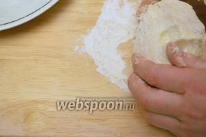 Теперь выложите тесто на доску и месите его минут 5, оно должно быть крутое.