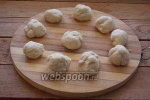 Разделите тесто на небольшие шарики.