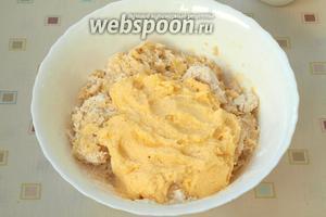 В миску с дрожжевой смесью просеять всю муку, перемешать и добавить масляную смесь.