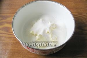 В миску кладём мягкое сливочное масло и сахар.