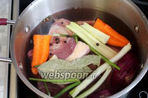 Добавить коренья для бульона, сразу положить горошины перца и лавровый лист.