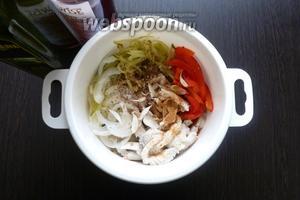 Соединим вместе маринованную щуку, запечённый перец, лук, чеснок, огурцы, специи. Заправим по вкусу уксусом, маслом. Перемешаем. Вкуснее салат, когда немного настоится, но можно есть сразу.