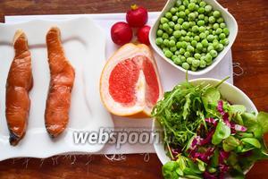 Для приготовления данного блюда мы возьмём стейк лосося (я его заранее замариновала в соевом соусе), редис, грейпфрут, замороженный или свежий зелёный горошек и смесь салатов, у меня — руккола и корн (радичио).