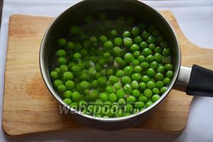 Зелёный горошек, если вы используете замороженный, нужно всего лишь отварить в течение 3-4 минут. Если свежий — то использовать можно сразу.