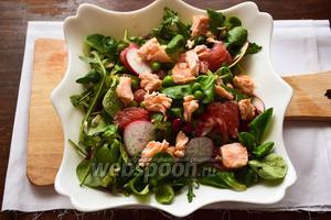 Выложить поверх салата грейпфрут и красную рыбу. Можно слегка перемешать и использовать по назначению.:) Приятного аппетита!