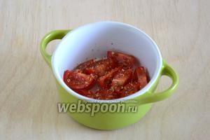 Разогрейте духовку до 190°С. На дно кокотниц, смазанных маслом, выложите кусочки помидорок черри, поперчите, посыпьте орегано и солью.