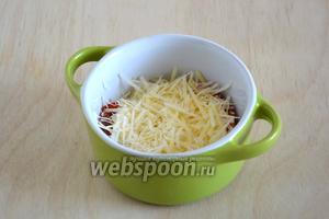 На помидорки распределите сметану с горчицей и натёртый сыр.