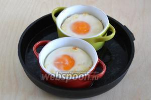 Запекайте от 10 до 15 минут, в зависимости от желаемой степени приготовления желтка. Яйца кокот готовы! Подавайте их к завтраку в горячим виде!