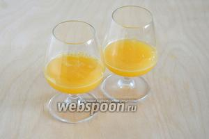 Разлейте по хорошо охлаждённым бокалам апельсиновый фреш.