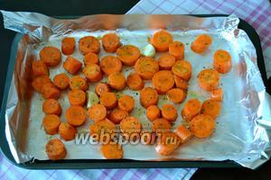 Выложить все в форму, застеленную фольгой и распределить равномерно морковь по противню.