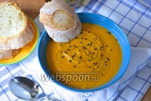 Уже в тарелках можно украсить суп немного оливковым маслом и кунжутными семенами (у меня чёрный). Приятного аппетита!