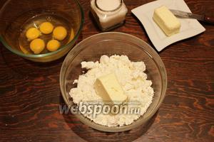 Творог (желательно, протереть сквозь сито), пробить с маслом. Яйца (лучше разделить и взбить по отдельности), взбить с сахаром. Соединить обе массы.