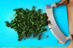 Уже готовый шпинат отжать от лишней жидкости и порубить ножом.