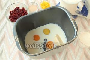 Молоко немного подогреть и влить в ведро хлебопечки. Добавить яйца и сливочное масло комнатной температуры.