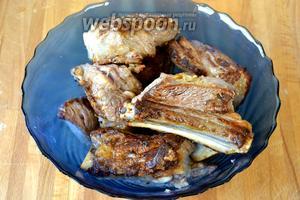 Переложить рёбрышки в глубокое блюдо и сохранять в тепле.