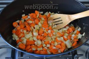 В кастрюлю выложить овощи. Посолить, поперчить и обжаривать примерно 7-10 минут, время от времени помешивая.