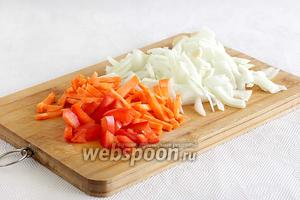 Подготовим овощи. Сладкий перец, лук, морковь нарезать соломкой, чеснок очистить и мелко порубить.