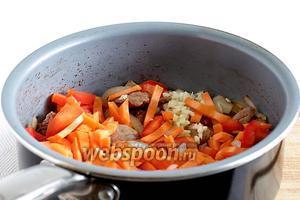 Отправить в сотейник морковь, чеснок и сладкий перец. Добавить любимые специи и воду. Количество воды произвольное, примерно около стакана. Нужно, чтобы овощи дошли до готовности и при этом не подгорели, а мясо стало мягким.