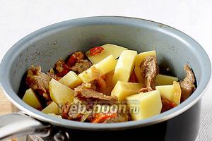 Теперь можно добавлять картофель и долить ещё немного воды, чтобы всё тушилось под крышкой. Картошка готовится не более 20 минут.