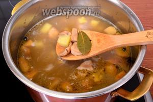В кипящую воду положить нарезанный картофель, подготовленные грибы, оставшиеся горошины перца и тмин. Закрыть крышкой и варить на среднем огне 20 минут. Во время варки зачерпнуть небольшое количество бульона и отставить в сторону для остывания.