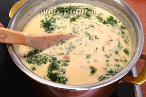 Когда картофель станет мягким, вылить сметанную болтушку в суп, хорошо размешать, попробовать на вкус и, если необходимо, досолить и подкислить уксусом. Добавить нарезанный укроп. Закрыть крышкой и варить ещё 5-7 минут.