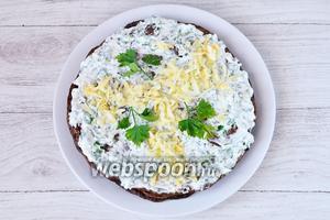 Верх смазываем соусом и украшаем сыром и петрушкой. После, торт готов и его можно кушать как в горячем, так и в остывшем виде. Приятного аппетита!