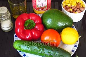 Для приготовления овощного салата нам понадобится сладкий красный перец, помидоры, фасоль, кукуруза, огурец, авокадо, лимонный сок, яблочный уксус, оливковое масло и соль.