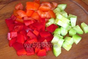 Помидоры, огурцы и сладкий перец нарезать кубиками.