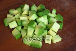 Авокадо  разрезать  пополам, и ложкой вынуть косточку. Мякоть нарезать кубиками и сбрызнуть лимонным соком.