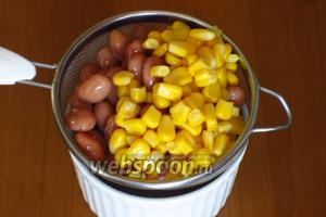 Фасоль и кукурузу откинуть на сито.